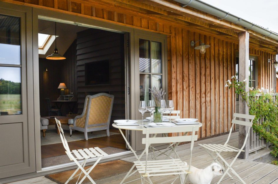 The outside terrace with bistro table at Retreat East