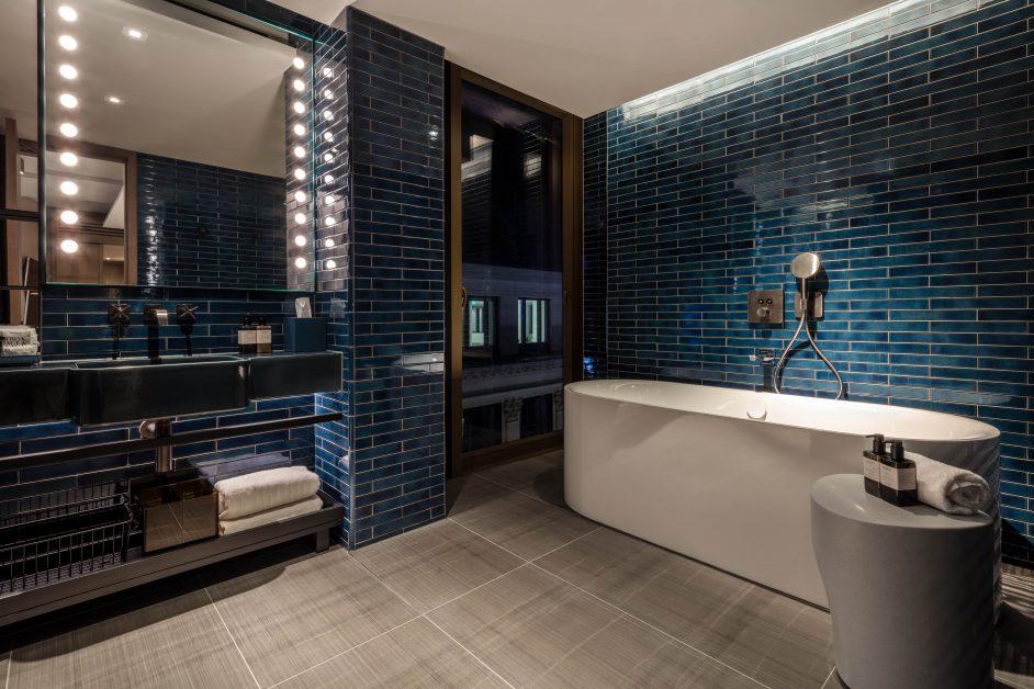 The Londoner, Corner Suite bath